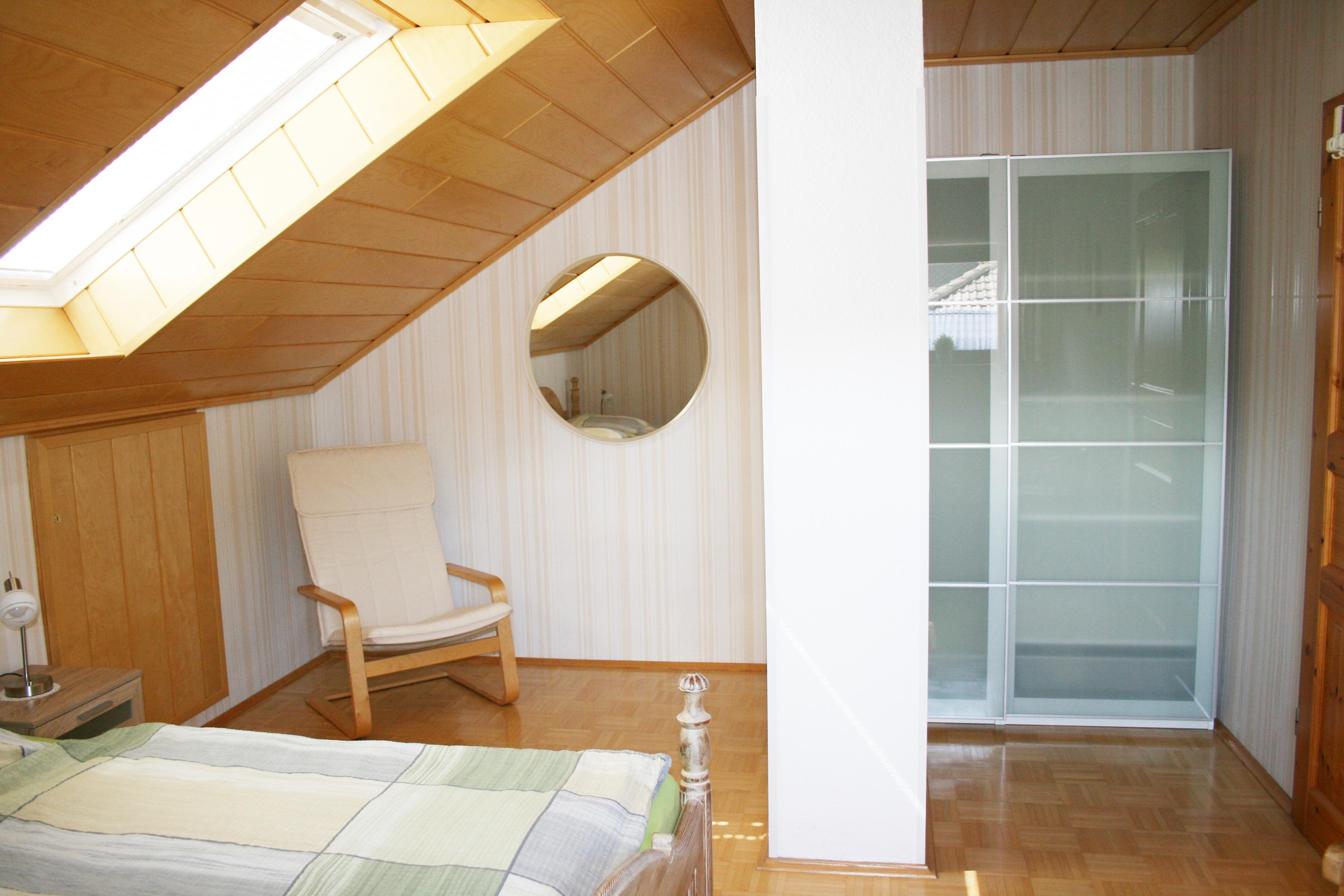 Im Befindet Sich Ein Xm Groes Doppelbett Ein Groer Und Drei Sessel  Bettwsche Ist Vorhanden With Bettwsche Xm With Groes Bett Ikea